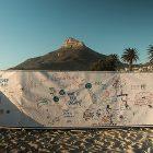 Monas 3. Postkarte aus Südafrika – Drawn to help, help to draw